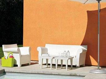 '' Granny Sofa'' fait entièrement de plastique, de Phillippe Starck, pionnier d'un concept nouveau en accessoire mobilier